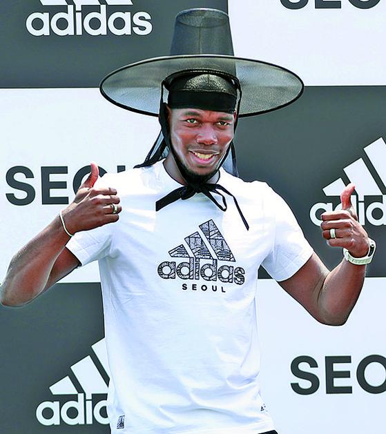 한국을 처음 찾은 프랑스 축구스타 포그바가 전통 갓을 쓰고 웃고 있다. [뉴시스]