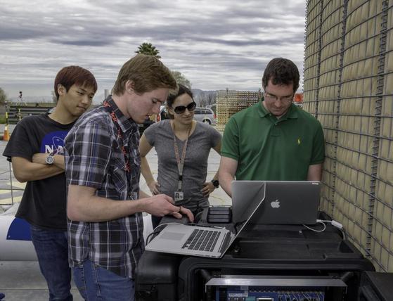 JPL에서 동료들과 함께 연구중인 김헌주 연구원(제일 왼쪽). [사진 NASA/JPL]