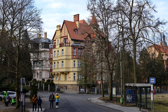 칼스바트에 있는 쇼팽 스파 하우스의 모습. 쇼팽과 그의 부모는 1835년 8월 15일부터 한 달을 칼스바트에서 보냈다. 그들이 묵었던 호텔이 있던 일대의 건물은 1900년대 후반에 철거되었다. 쇼팽과 상관없는듯한 사진 속의 호텔은 19세기 말에 지어졌다. 1895년 지금의 이름으로 바뀌었다. Luber Ferenc 사진, 2017. [사진 Wikimedia Commons]