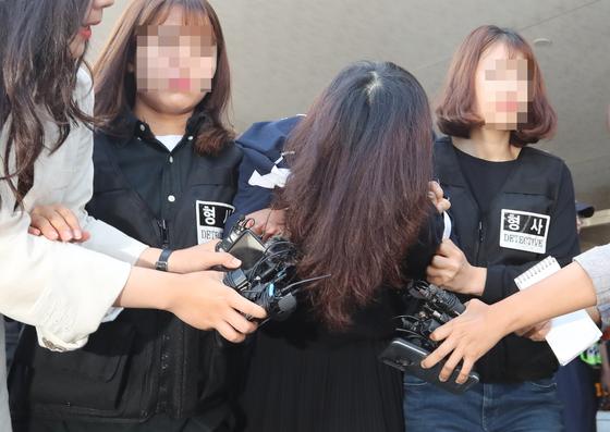 '제주 전 남편 살해 사건' 피의자 고유정이 12일 오전 제주 동부경찰서에서 제주지검으로 송치되고 있다. [뉴시스]