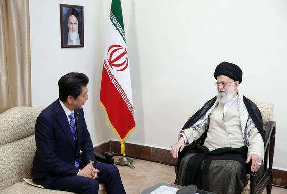 13일(현지시간) 이란의 최고지도자 하메네이(오른쪽)과 아베 신조 일본 총리가 만나 중동의 긴장완화에 대해 대화를 나누고 있다. [EPA=연합뉴스]