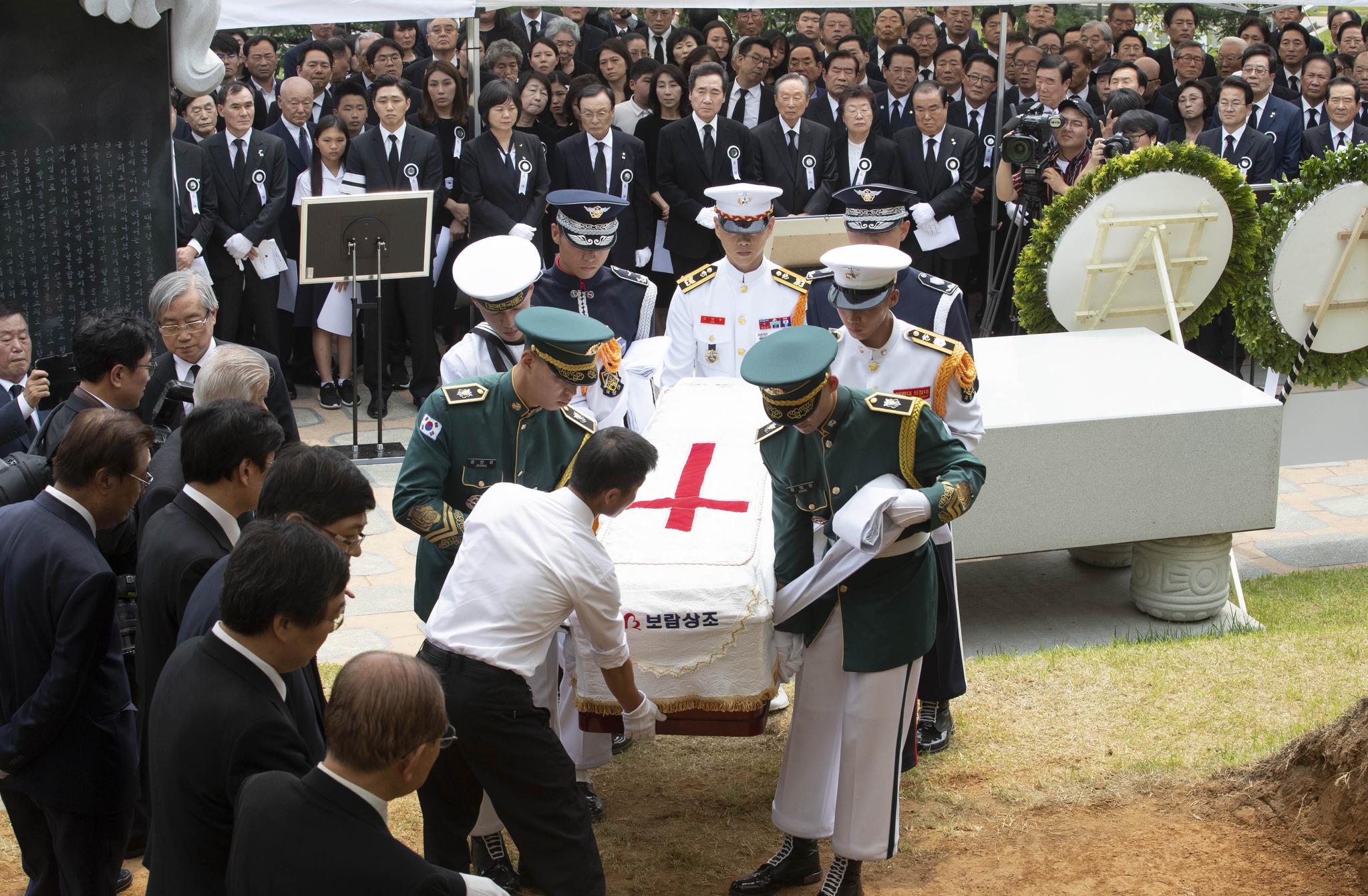 14일 오전 서울 동작구 국립서울현충원 내 김대중 전 대통령 묘역에서 엄수된 고 이희호 여사 안장식에서 하관식이 진행되고 있다. 우상조 기자