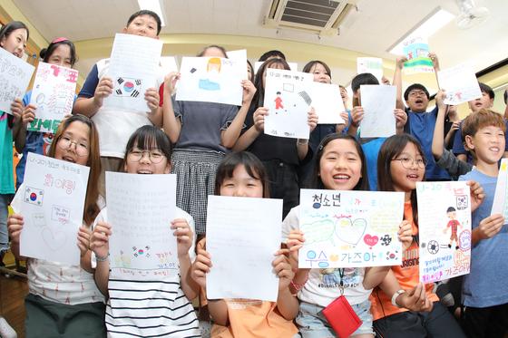 U-20 대표팀 응원 편지를 쓴 대구 신암초 학생들. 정정용 감독이 이 학교 출신이다. [뉴스1]