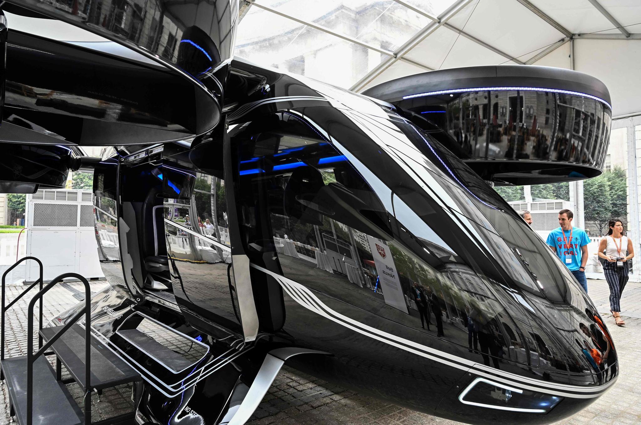 세계 최대 차량공유업체 우버가 플라잉 택시 컨셉트카인 '벨넥서스' 12일(현지시간) 워싱턴 DC에서 선보였다. 이 차량은 수직이착륙이 가능하며, 조종사 1명, 승객 4명 등 총 5명이 탑승 가능하며, 일반 헬기와 달리 소음도 적다. 우버는 내년부터 호주 멜버른과 미국 댈러스, 로스앤젤레스에서 시범운행을 시작해 2023년부터는 본격적인 상업 서비스에 나설 계획이다. [AFP=연합뉴스]
