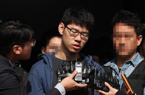서비스가 불친절하다는 이유로 PC방 아르바이트생을 흉기로 찔러 숨지게 한 혐의를 받은 김성수 씨는 1심에서 징역 30년을 선고받았다. 그는 선고받은 양형이 부당하다며 항소했다. 항소는 1심 판결에 불복해 제기하는 것을 뜻한다. [연합뉴스]