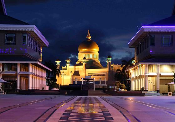 브루나이를 상징하는 사원 '오마르 알리 사이푸딘 모스크'. 브루나이에서는 50m 높이의 이 사원보다 높은 건물을 지을 수 없다. 돔 끝의 첨탑이 금으로 돼 있다. 손민호 기자