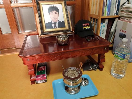 전처 고유정(36)에게 살해된 강모(36)씨 방. 작은 상 위에 강씨 영정 사진이 놓여 있다. 모자와 안경은 강씨가 생전에 쓰던 물건이다. 강씨 아버지가 아들을 그리워하며 올려 놨다고 한다. 제주=김준희 기자