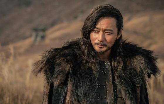타곤(장동건)은 문무를 겸비, 뇌안탈과의 전쟁을 승리로 이끈 주역이다. 사진=tvN