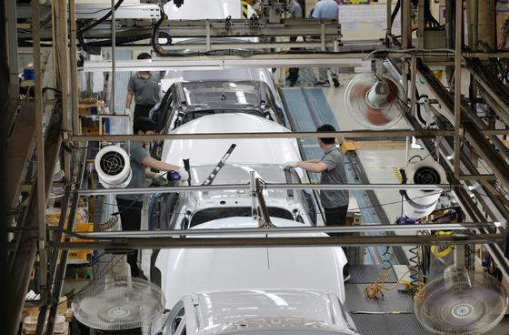 12일 오후 부산 강서구 르노삼성자동차 부산공장에서 근로자들이 작업하고 있다. [연합뉴스]