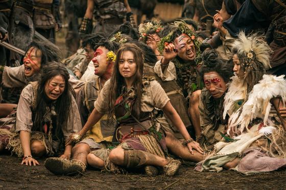 탄야(김지원, 가운데)은 와한족이자 씨족어머니의 후계자. 은섬과는 친구이자 연인이다. 사진=tvN