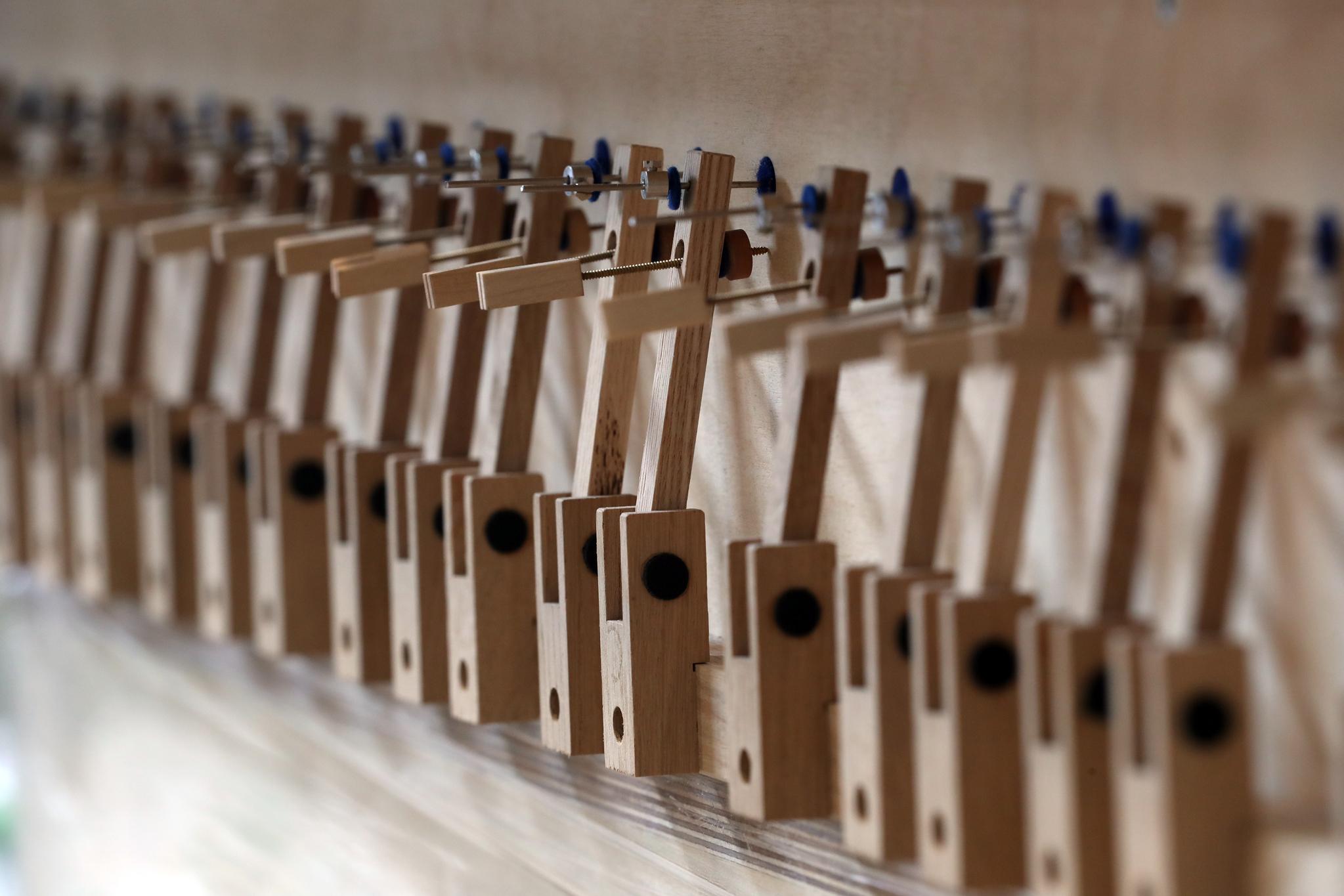 오르간의 수많은 부품 중 건반과 연결되는 부분. 파이프오르간은 건반악기처럼 생겼으나 발성 구조는 관악기다 . 최정동 기자