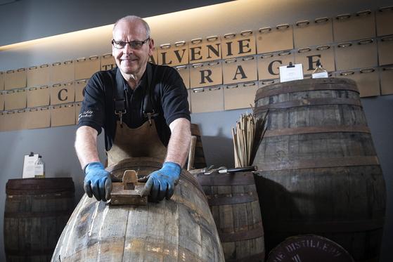 이안 맥도날드는 지난 1969년부터 영국 스코틀랜드 더프타운에 위치한 발네니 증류소에서 오크통을 만들고 있다. 장진영 기자