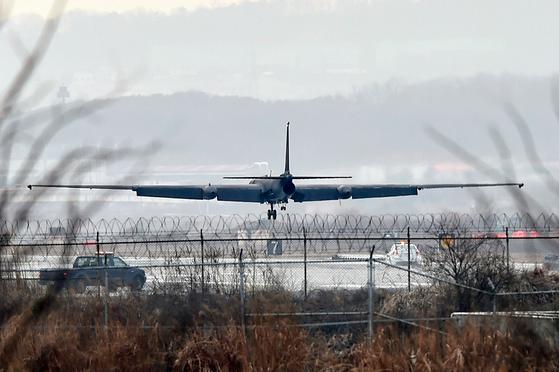 오산 공군기지에 착륙하는 미군의 U-2 고고도 정찰기. 촬영과 통신 감청 등 군사 정보를 수집한다.[중앙포토]