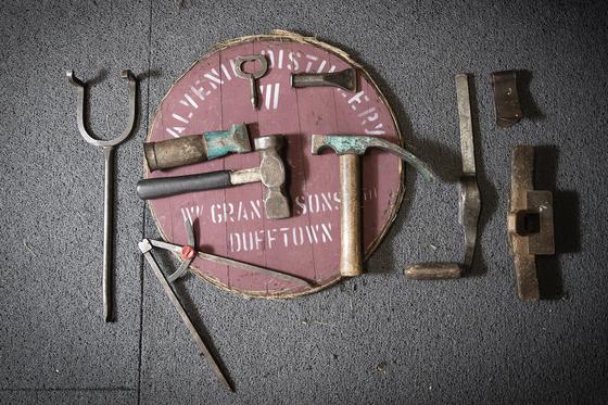오크통 제작에 쓰이는 도구들. 왼쪽부터 시계 방향으로 플래깅 이이론(Flagging Iron), 헤드 바이스(Head Vice), 칼커(Caulker), 크럼 나이프(Crumb Knife), 플럭커((Plucker), 아즈(Adze), 컴퍼스( Compass), 내머(Nammer), 드라이버(Driver). 장진영 기자