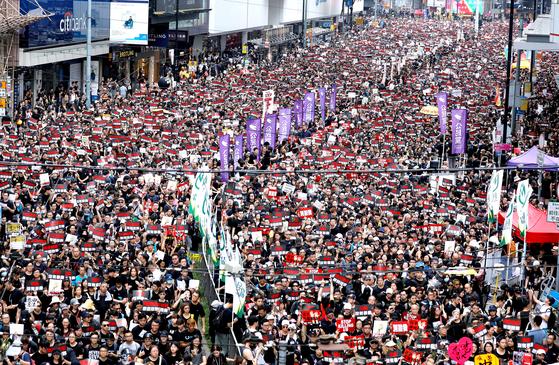 16일 검은 옷을 입고 '송환법 완전 폐지'와 '캐리 람 행정장관 하야'를 요구한 홍콩 시민들. [AP=연합뉴스]