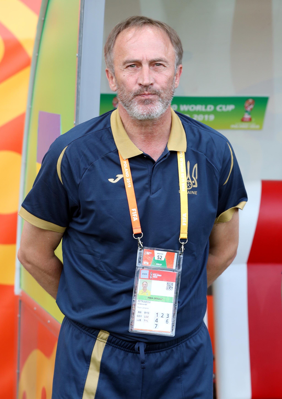 페트라코프 우크라이나 U-20 대표팀 감독이 16일 폴란드 우치 스타디움에서 열린 2019 국제축구연맹(FIFA) U-20 월드컵 결승전 대한민국과 우크라이나의 경기에서 그라운드를 바라보고 있다. [뉴스1]