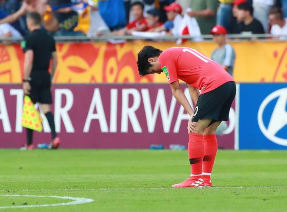 U-20 축구대표팀 에이스 이강인이 후반 초반 두 번째 실점 직후 아쉬워하고 있다. [연합뉴스]