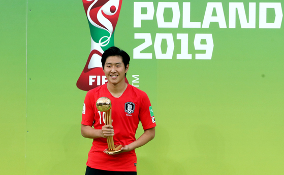 이강인 선수가 16일 오전(한국시간) '2019 국제축구연맹(FIFA) U-20 월드컵' 골든볼을 수상한 후 포즈를 취하고 있다. [뉴스1]