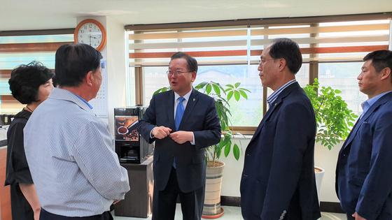 김부겸 의원이 지난 13일 수성구재향군인회를 방문해 관계자들과 대화하고 있다. 윤성민 기자