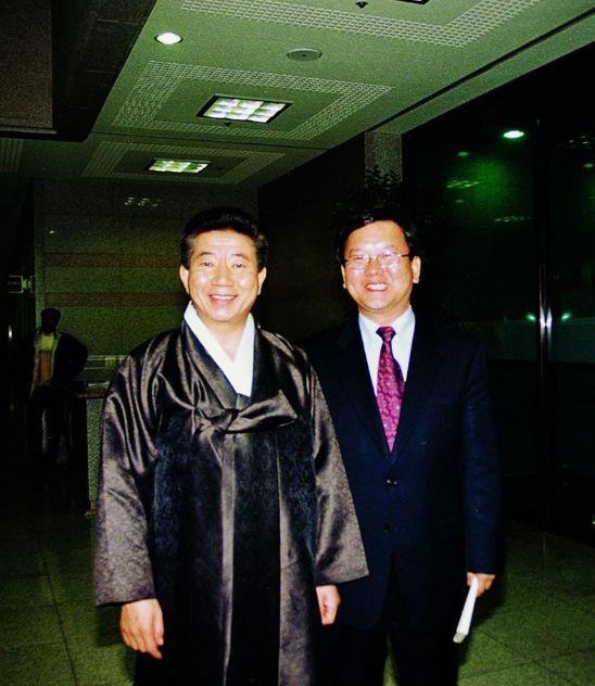 김부겸 의원이 지난달 22일 페이스북에 올린 노무현 전 대통령과 찍은 사진. [김 의원 페이스북]