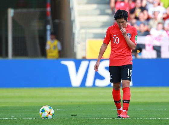 16일 폴란드 우치 경기장에서 열린 U-20)월드컵 결승에서 이강인이 우크라이나에게 실점한 뒤 생각에 잠겨 있다. [연합뉴스]