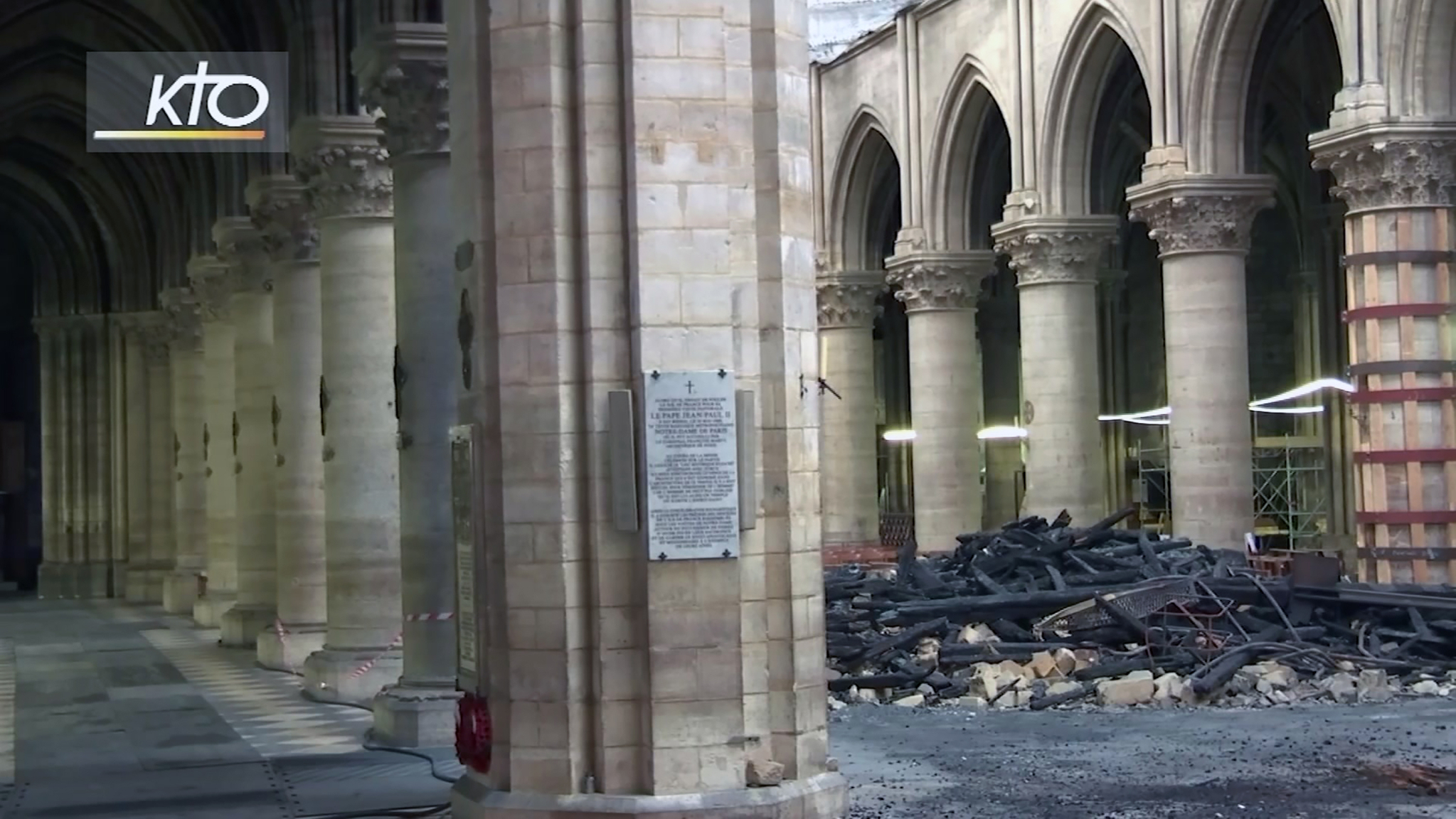 TV 중계화면에 대성당 내부에 화재 잔해가 쌓여져 있는 모습이 나타났다. [AP=연합뉴스]