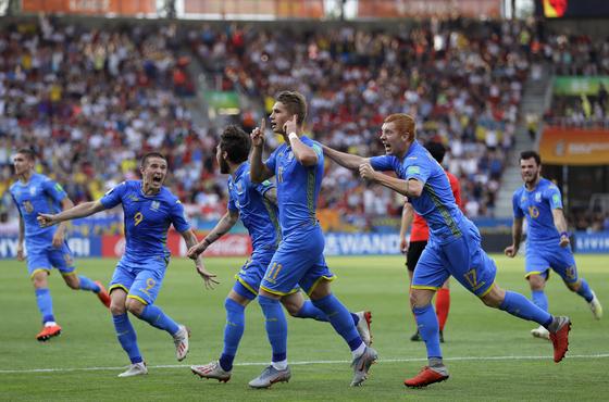 우크라이나 공격수 블라디슬라프 수프리아하(가운데)가 U-20 월드컵 결승 한국과의 경기에서 전반 동점골을 넣은 뒤 동료들과 기뻐하고 있다. [AP=연합뉴스]