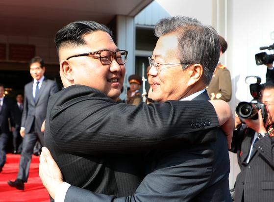 문재인 대통령과 북한 김정은 국무위원장이 지난해 5월 26일 오후 판문점 북측 통일각에서 정상회담을 마친 후 헤어지며 포옹하고 있다. 청와대 제공