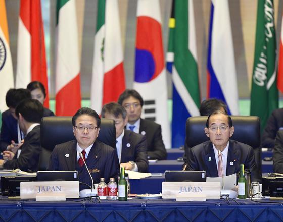 주요 20개국(G20) 에너지·환경장관회의가 15일부터 양일간 일본 나가노현 가루이자와에서 개최된 가운데, 세코 히로시게 일본 경제산업상(왼쪽)과 하라다 요시아키 환경상(오른쪽)이 회의에 참석하고 있다. [교도=연합뉴스]