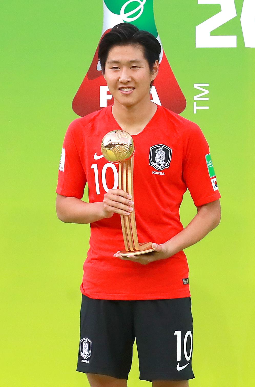 16일 폴란드 우치 경기장에서 열린 U-20 월드컵 결승전을 마친 뒤 골든볼을 수상한 이강인이 트로피를 들어 보이고 있다.[연합뉴스]