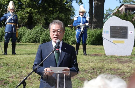 스웨덴을 국빈 방문 중인 문재인 대통령이 15일오후 (현지시각) 스톡홀름 시내에서 열린 한국전 참전 기념비 제막식에 인사말을 하고 있다. [청와대사진기자단]