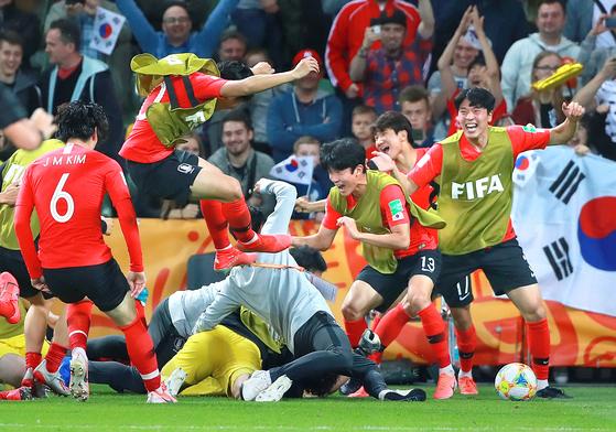한국 20세 이하 축구대표팀 선수들이 9일 폴란드 비엘스코-비아와에서 열린 세네갈과의 U-20 월드컵 8강전에서 승부차기 끝에 승리를 거둔 뒤 한데 엉켜 기뻐하고 있다. 한국은 전·후반 90분과 연장전 30분을 합쳐 120분간의 혈투 끝에 3-3으로 동점을 이룬 뒤 승부차기에서 3-2로 이겨 지난 1983년 이후 36년 만에 4강에 진출했다. 왼쪽부터 김정민과 이강인, 고재현, 이상준, 이재익. [연합뉴스]