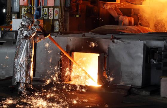 전남 광양 포스코 광양제철소 제5고로에서 한 근로자가 쇳물 옆에서 작업을 하고 있는 모습. [연합뉴스]