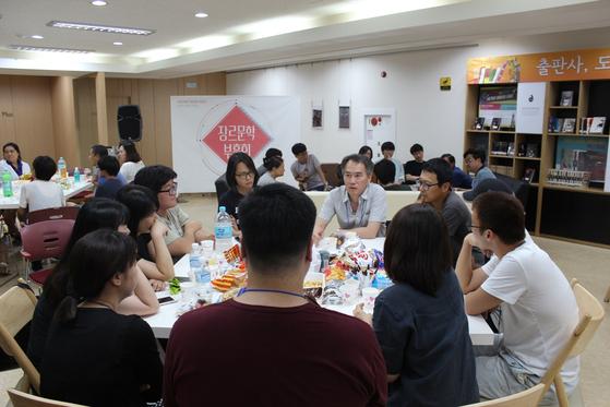 평소 만나고 싶은 작가와 시간을 보내는 것이 최고의 프로그램이라고 생각하는 북스피어 김홍민 대표는 작가와 조를 이뤄 함께 하는 프로그램을 위주로 부흥회를 기획한다. 사진은 모두 북스피어 제공