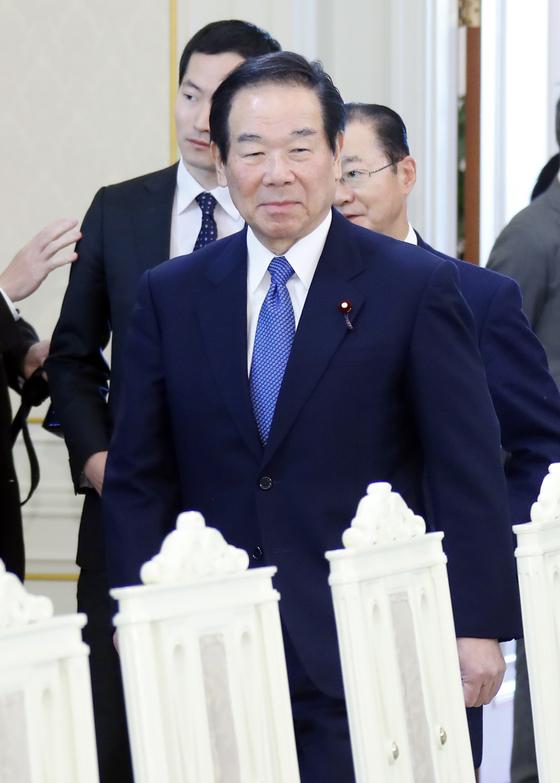 지난해 12월 14일 누카가 후쿠시로 일한의원연맹 회장이 청와대에서 문재인 대통령을 만나기 위해 입장하고 있다. [연합뉴스]