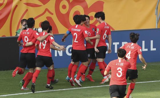전반 선제골 직후 환호하는 U-20 축구대표팀. [AP=연합뉴스]