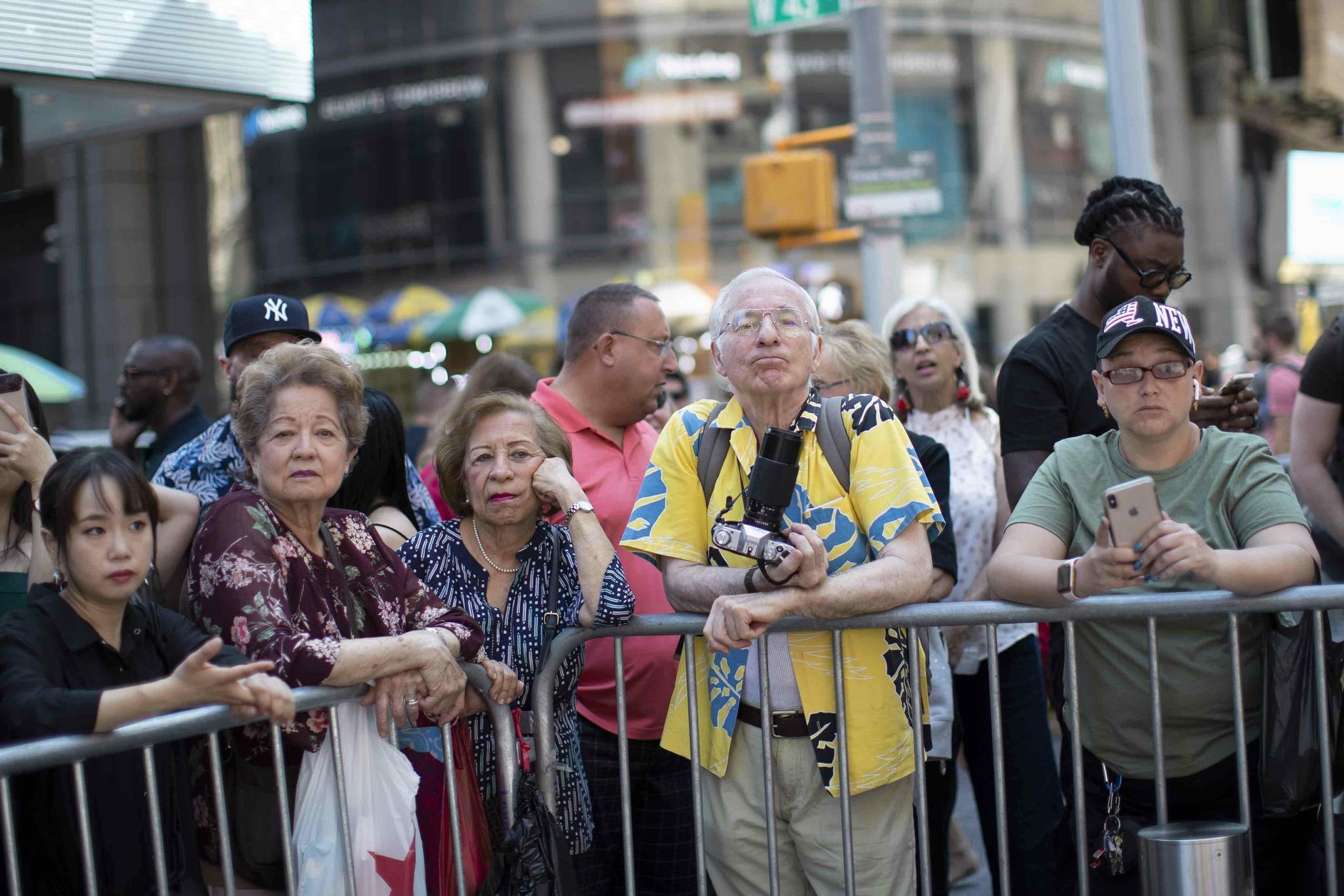 알몸 시위대를 바라보는 시민들의 모습. [AP=연합뉴스]