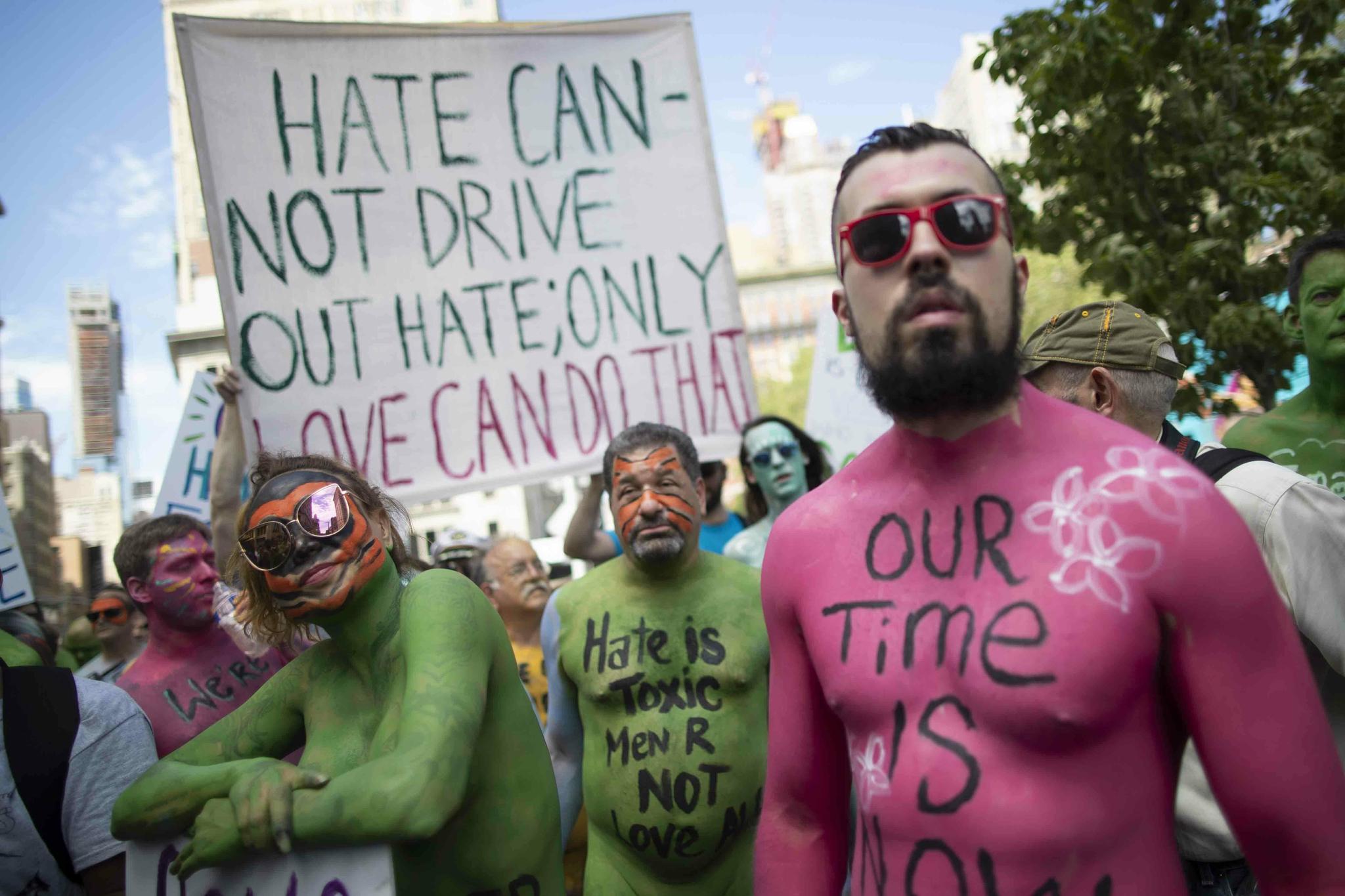 바디페인팅을 한 알몸시위대 모습. 자신들의 메시지를 몸과 플래카드에 쓴 채 시위에 나섰다. [AP=연합뉴스]