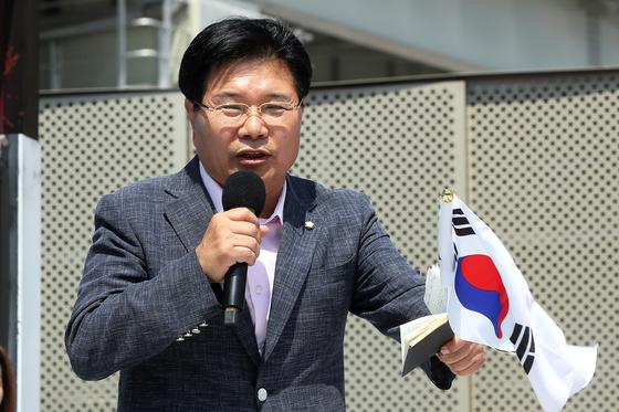 15일 오후 서울역광장에서 대한애국당 주최로 집회가 진행되고 있다. 홍문종 의원이 발언하고 있다. 장진영 기자