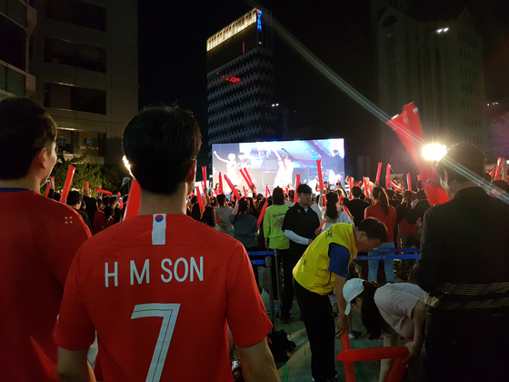 16일 새벽 손흥민 선수 유니폼을 입고 U-20 월드컵 결승전 거리 응원에 참여한 시민. 편광현 기자