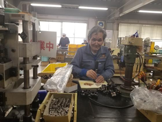 산와전기제작소 최고령 근무자인 사와다(78)씨. 하루 6시간 정도 근무한다. 회사는 건강 상태와 금전상황 등을 고려해 직원이 원하는 시간대로 근무할 수 있는 '유연근무제'를 택하고 있다. [중앙포토]