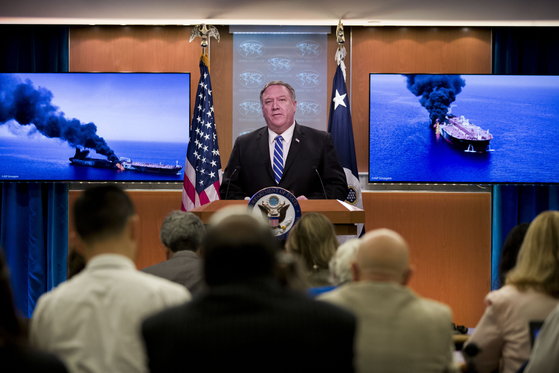 """마이크 폼페이오 미 국무장관이 13일 워싱턴DC 국무부에서 기자들에게 브리핑을 하고 있다. 폼페이오 장관은 오만 해상 유조선 피격 사건과 관련해 """"이란이 이번 공격에 대한 책임이 있다는 것이 미국의 평가""""라고 밝혔다. [워싱턴 AP=연합뉴스]"""