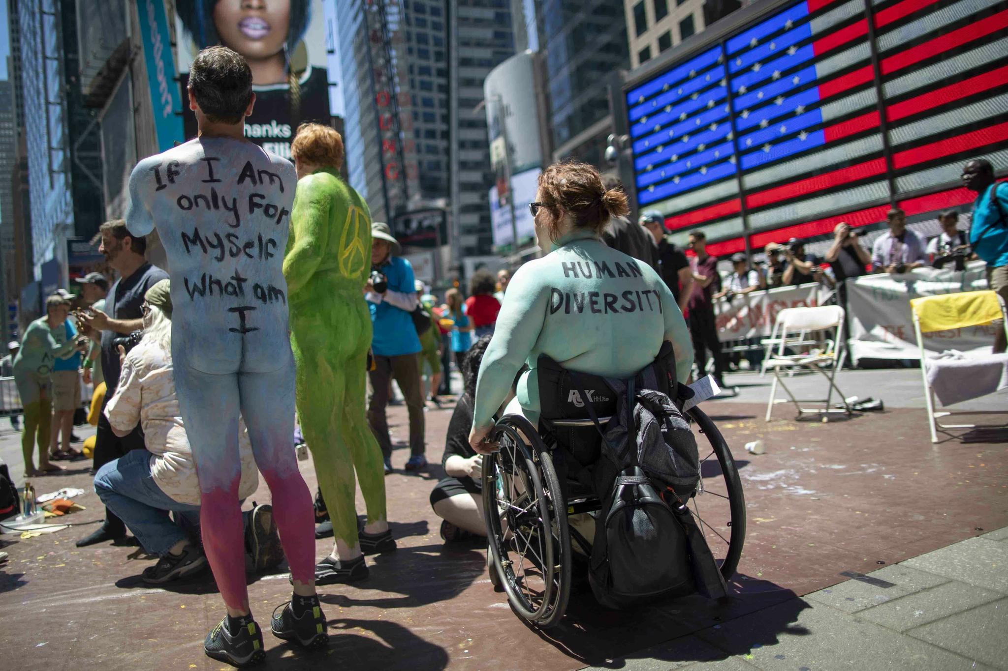 휠체어를 타고 시위에 참여한 사맨사 월시(오른쪽). 월시의 등에 '인간의 다양성'이란 문구가 적혀져 있다. [AP=연합뉴스]