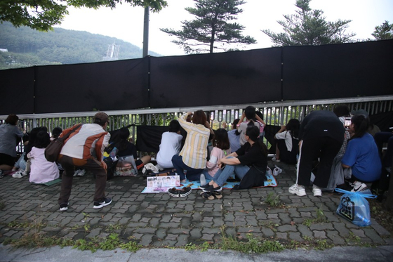 가림막이 쳐진 공연장 인근에서 공연장을 바라보는 BTS팬들. 송봉근 기자