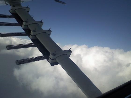인공강우는 염화칼슘 성분의 구름 씨를 구름에 살포해 구름 입자를 뭉치게 하고, 빗방울이 지상으로 떨어지게 하는 기술이다. 지난 1월 정부가 유인기로 해당 실험을 진행한데 이어, 4월에는 무인기로 실험을 진행했다. 구름입자가 많아지고 커지는 등 효과가 관측됐다. [중앙포토]