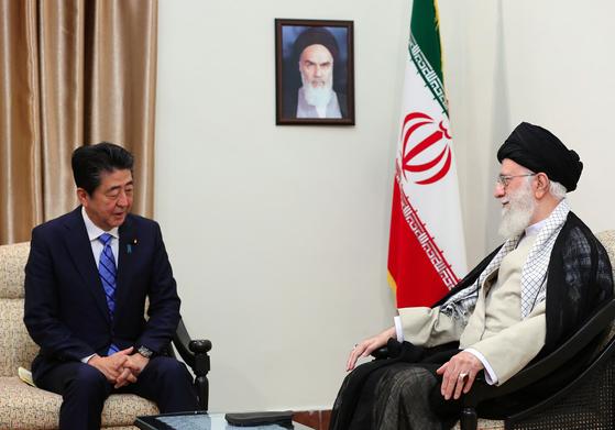 13일 아베 신조(安倍晋三) 일본 총리와 아야톨라 세예드 알리 하메네이 이란 최고 지도자가 이란 테헤란에서 만나 이야기를 나누고 있다. [EPA=연합뉴스]