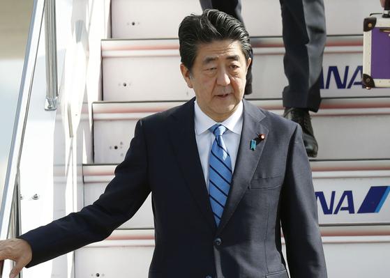 아베 신조(安倍晋三) 일본 총리가 14일 2박3일간의 이란 방문을 마치고 도쿄 하네다 국제공항을 통해 귀국하고 있다. [AP=연합뉴스]