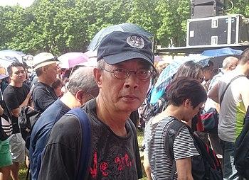 시진핑 스캔들 관련 책을 출판하려다 실종된 퉁뤄완 서점 관련자 5명 중 유일하게 용기를 내 실종 사건 전말을 폭로한 건 린룽지 한 사람뿐이었다. 린은 2015년 10월 24일 중국에 붙들렸다가 2016년 6월 14일 홍콩으로 돌아왔고 6월 16일 실종 사건을 폭로하는 기자회견을 열어 홍콩과 세계를 놀라게 했다. [사진 위키피디아]