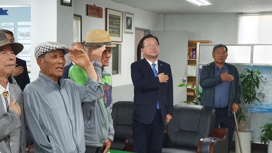 김부겸 의원이 지난 13일 상이군경회 대구지회를 방문해 국기에 대한 경례를 하고 있다. 윤성민 기자