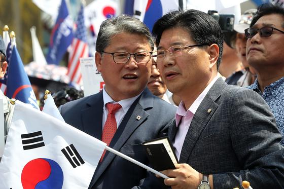 15일 오후 서울역광장에서 대한애국당 주최로 집회가 진행되고 있다. 조원진(왼쪽), 홍문종 의원이 대화하고 있다. 장진영 기자 / 20190615